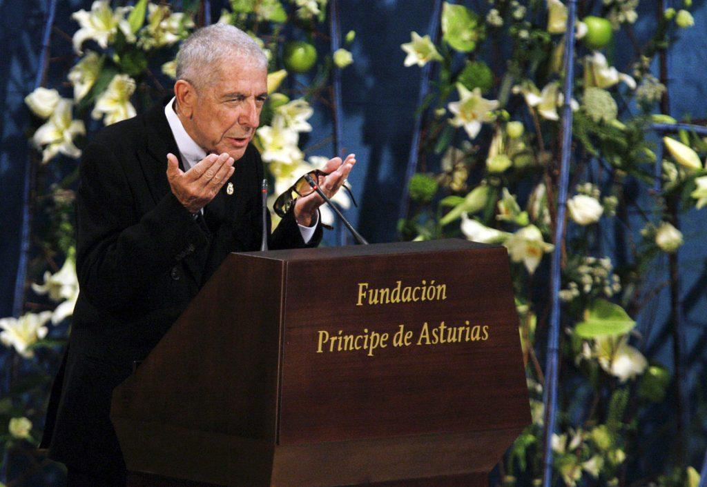 BOG01.. OVIEDO (ESPAÑA),10/11/2016.-.- Fotografía de octubre de 2011 del cantante y compositor canadiense Leonard Cohen, durante un discurso tras ser galardonado con el Premio Príncipe de Asturias de las Letras 2011, en el Teatro Campoamor de Oviedo (España). El legendario cantautor y poeta canadiense Leonard Cohen falleció hoy a los 82 años, según se informó a través de su perfil oficial en la red social Facebook. EFE/J.L Cereijido